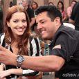 O cantor Bruno, da dupla Bruno & Marrone tieta a atriz Nathalia Dill nos bastidores do 'Altas Horas'