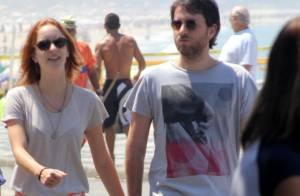Laila Zaid, de 'Além do Horizonte', caminha na orla com o marido após pneumonia
