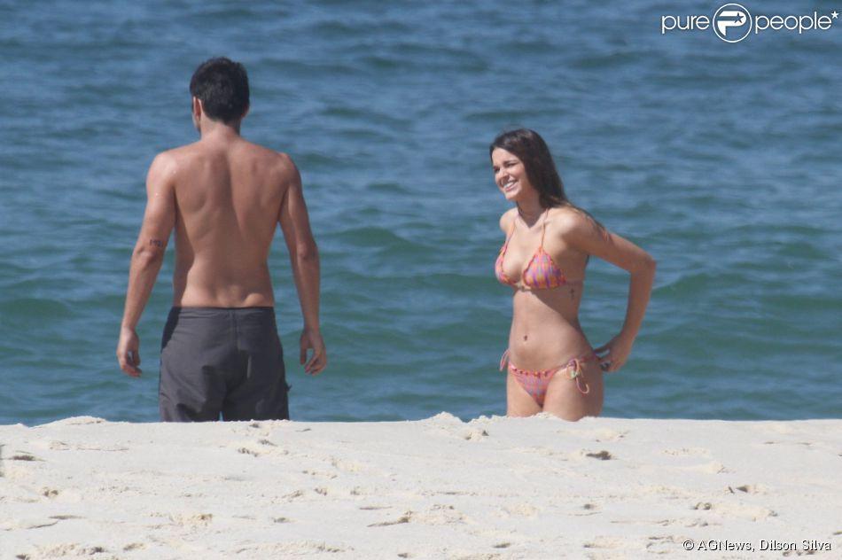 Bruna Marquezine exibe corpo bonito durante gravação na praia do Recreio dos Bandeirantes, no Rio de Janeiro (10 de março de 2014).