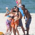 Bruna Marquezine faz selfie na praia com colegas de elenco