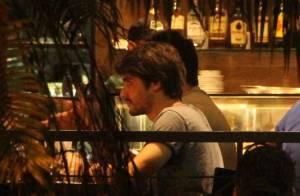 Guilherme Leicam vai a bar com amigos após sofrer acidente de carro no Rio
