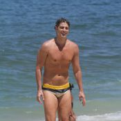 Após gravação de 'Em Família', Reynaldo Gianecchini dá mergulho em praia do Rio