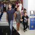 Giovanna Antonelli com o marido, Leonardo Nogueira, e o filho, Pietro, de 8 anos, de sua relação com Murilo Benício, na pré-estreia do filme 'S.O.S. Mulheres ao Mar', no Rio de Janeiro, nesta segunda-feira, 17 de março de 2014