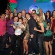 Apresentadores da Record fazem uma foto 'selfie' na coletiva de imprensa da nova programação da emissora
