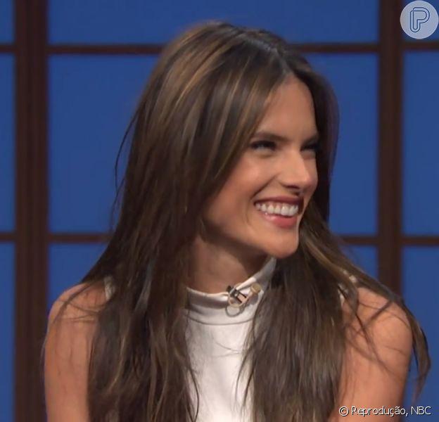 Alessandra Ambrosio fala sobre busca das modelos pelo corpo perfeito, no programa 'Late Night With Seth Meyers': 'Sou a favor de elas serem saudáveis'