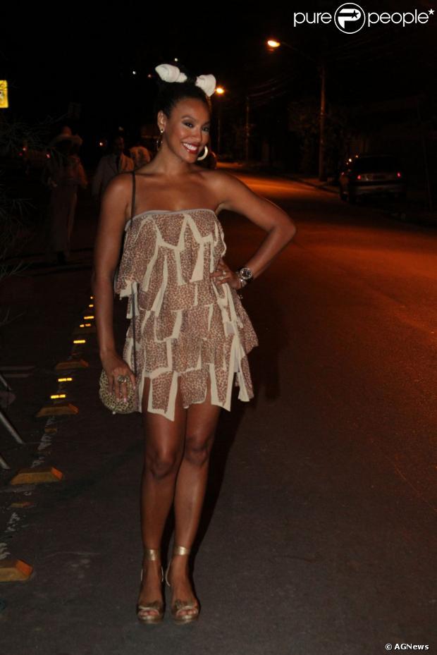 Camila Pitanga se fantasiou de mágica para a festa a fantasia da comemoração do 100° capítulo da novela 'Lado a Lado', que aconteceu em um bar em Jacarepaguá, na zona oeste do Rio de Janeiro, em 19 de janeiro de 2013