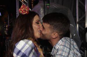 Ivete Sangalo, vestida de caipira, beija marido, Daniel Cady, em show. Fotos!