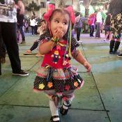 Deborah Secco mostra Maria Flor de caipira, dançando em festa junina. Veja vídeo