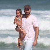 Thiago Lacerda brinca na praia com a filha caçula, Cora, em folga de 'Joia Rara'