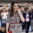 Para compor o look, Kate Middleton optou por sapatos scarpin, bolsa carteira e brincos de pérola