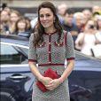 Kate Middleton optou por um vestido de tweed da grife italiana Gucci