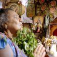 Mãe Benta (Teuda Bara) trabalha na fazenda do Coronel Epa e é também parteira e benzedeira respeitada por todo o vilarejo; Zelão é seu único filho, em 'Meu Pedacinho de Chão'