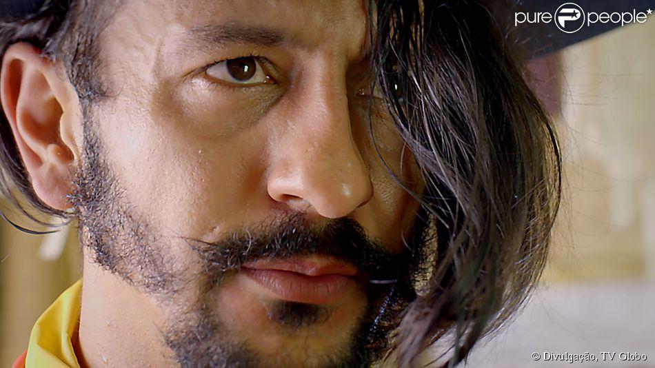 Zelão (Irandhir Santos) é filho único de Mãe Benta (Teuda Bara) e capataz de Coronel Epa (Osmar Prado), em 'Meu Pedacinho de Chão'