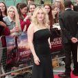 Kate Winslet escolhe vestido preto minimalista para premiére de 'Divergente'