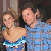 Carolina Dieckmann, vestida de caipira, curte festa junina com marido. Fotos!