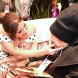 Giovanna Antonelli recebe carinho de fã idosa durante evento de moda na Feira Fenin, em São Paulo, na noite desta segunda-feira, 3 de junho de 2017