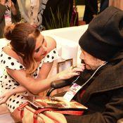 Giovanna Antonelli recebe carinho de fã idosa em evento de moda em SP. Fotos!