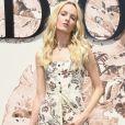 A modelo Daria Strokous prestigiou o desfile de alta-costura que celebrou os 70 anos da Dior, em Paris, na França, em 3 de julho de 2017