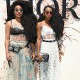 As gêmeas Takenya Quann e Cipriana Quann prestigiaram o desfile de alta-costura que celebrou os 70 anos da Dior, em Paris, na França, em 3 de julho de 2017