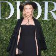"""Eva Herzigova, modelo tcheca, usou chapéu no  lançamento da exibição """"Christian Dior, couturier du rêve"""", em celebração aos 70 anos da Dior, em Paris, na França, em 3 de julho de 2017"""