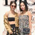 Camila Coelho caprichou no look e posou ao lado da blogueira americana Aimee Song no desfile de outono/inverno da Dior em Paris, França, em 3 de julho de 2017