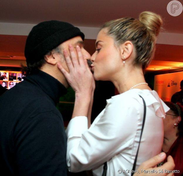 Alinne Moraes e o marido, Mauro Lima, trocam beijos em evento em cinema do Rio de Janeiro