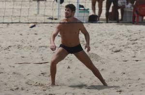 De sunga, José Loreto se exercita e mostra boa forma em praia do Rio de Janeiro
