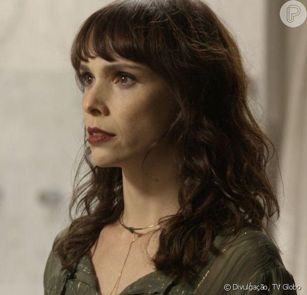 Na novela 'A Força do Querer', Irene (Débora Falabella) desmaia ao saber que o pai de Caio chegou ao Brasil