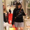 Alessandra Negrini e a filha visitaram algumas lojas de um shopping no Rio de Janeiro