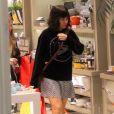 Alessandra Negrini passeou com um look confortável em shopping carioca