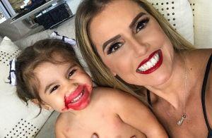Maria Flor, filha de Deborah Secco, esbanja fofura com boca borrada de batom
