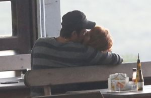 Paulo Vilhena troca beijos com nova namorada, Amanda Beraldi, no Rio. Fotos!