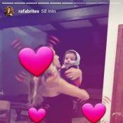 Rafa Brites dança funk e rebola com o filho, Rocco, de 5 meses, no colo