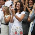 O modelo escolhido por Kate Middleton pertence à grife londrina Catherine Walker & Co.