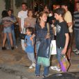 Adriana Esteves segura o filho menor, Vicente, e conversa com o aniversariante, Felipe, seu filho com Marco Ricca