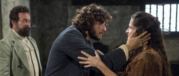 Novela 'Novo Mundo': Elvira aparece na cadeia para salvar Joaquim, mas é presa