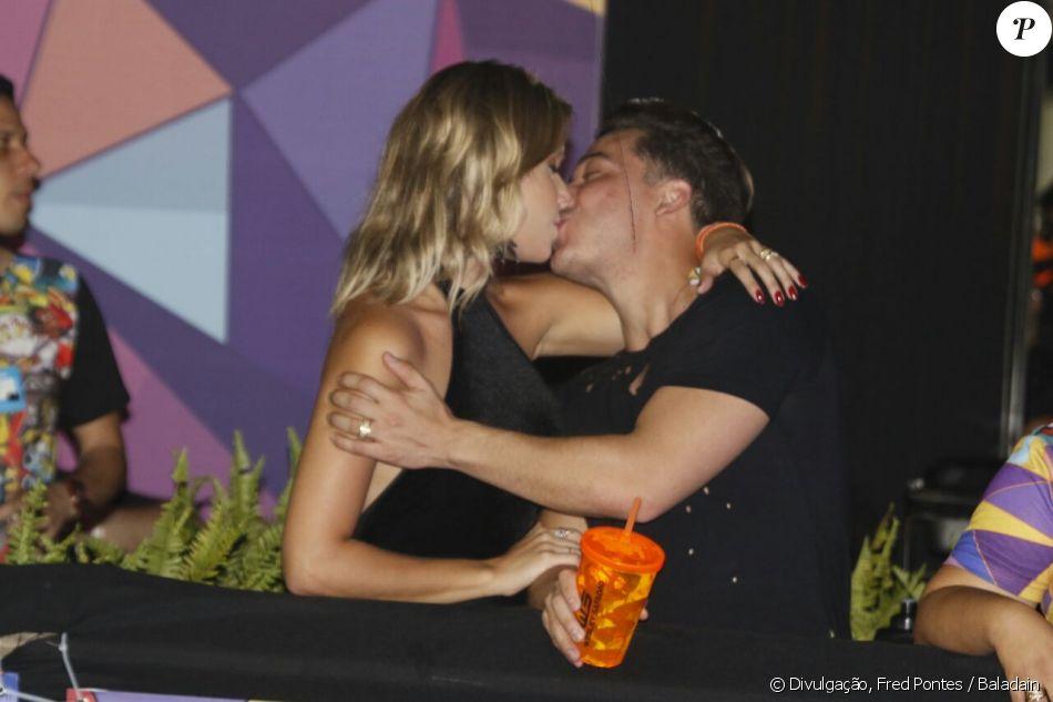 Wesley Safadão troca beijos com a mulher, Thyane Dantas, em festival de música em Fortaleza
