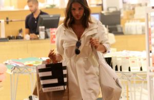 Bruna Marquezine, com pernas à mostra, inova look e faz parka de vestido. Fotos!