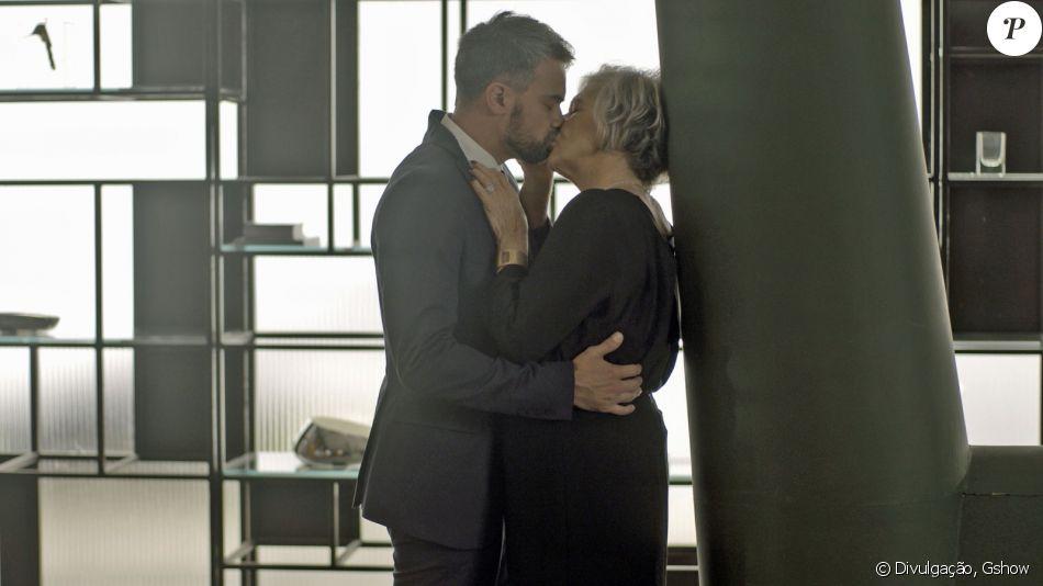 Sabine (Irene Ravache) decide assumir seu namoro com Adriano (Márcio Kieling), na novela 'Pega Pega', a partir de 1º de agosto de 2017