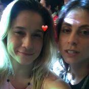 Fernanda Gentil se diverte e ganha beijo da namorada em show: 'Nosso dia'. Vídeo