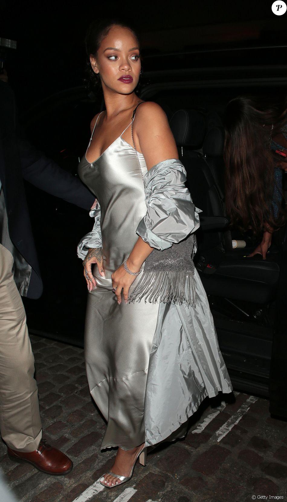 Rihanna se jogou na tendência do slip dress, ou vestido camisola, para sair em Londres nesta segunda-feira, 24 de julho de 2017