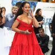 Rihanna roubou a cena ao surgir com um look vermelho Giambattista Valli extremamente decotado, joias Chopard, bolsa Jimmy Choo e batom combinando com o vestido na première do filme '  Valerian e a Cidade dos Mil Planetas'