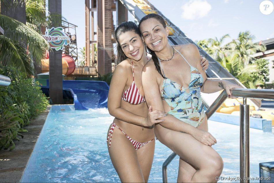 Solange Almeida se divertiu com ex-BBB Vivian no  Beach Park, em Fortaleza, nesta terça-feira, 25 de julho de 2017