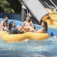 Solange Almeida, ao lado de ex-BBB Vivian,  se divertiu nos brinquedos das piscinas