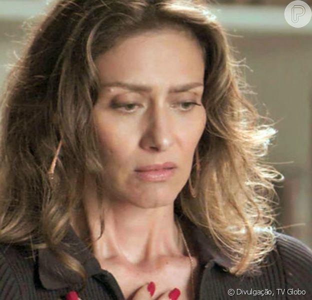 Na novela 'A Força do Querer', Ivana (Carol Duarte) simula fazer a barba e choca a mãe, Joyce (Maria Fernanda Cândido)