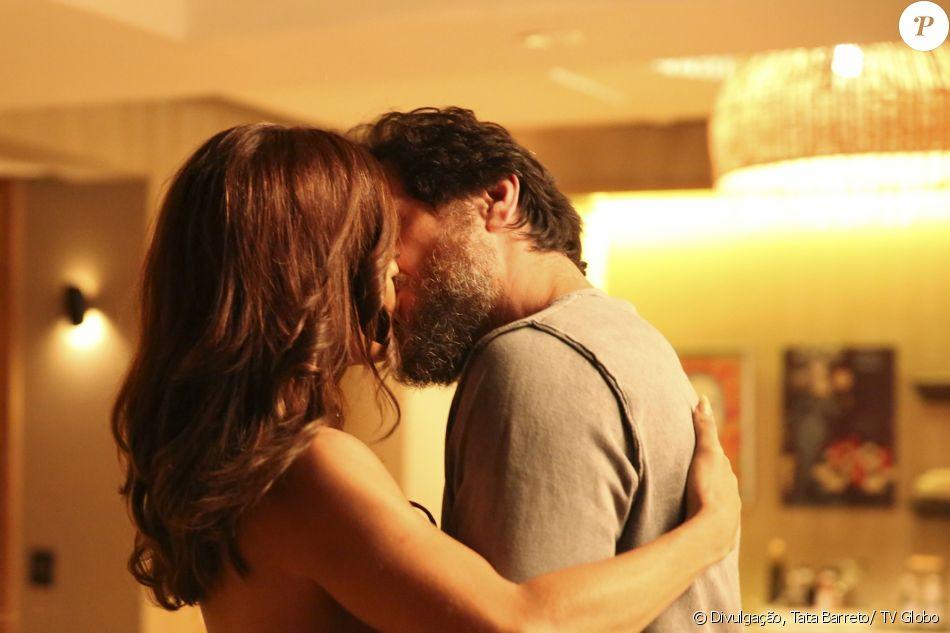Bibi (Juliana Paes) e Caio (Rodrigo Lombardi) se beijam, na novela 'A Força do Querer', em 11 de agosto de 2017