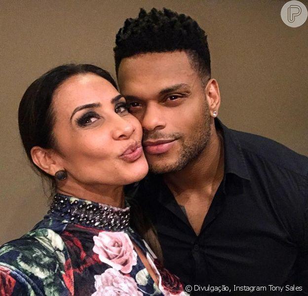 Scheila Carvalho compartilha foto beijando Tony Salles após o marido se recuperar do vírus da malária: 'Amor'