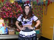 Viviane Araujo deixa pernas à mostra para curtir festa junina organizada por fãs