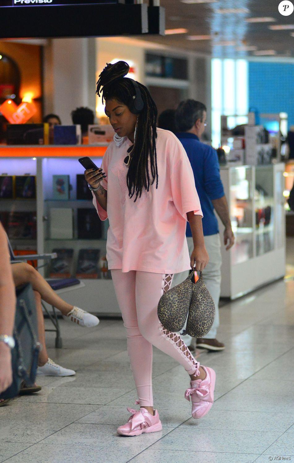 659bfbded2b Os tênis de laço rosa usados por Ludmilla chamaram atenção no look  monocromático da cantora