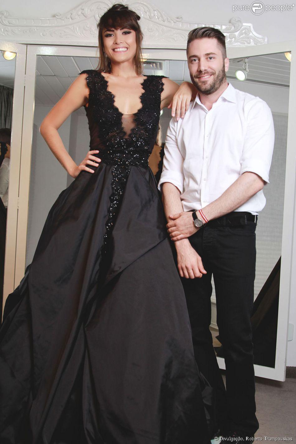 Maria Casadevall prova vestido de noiva preto para desfile do estilista Lucas Anderi, em São Paulo, em 10 de abril de 2014